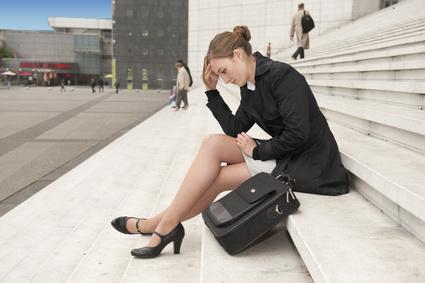 Femme contrariée assise sur les marches