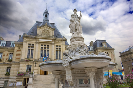 france,normandie,evreux : hôtel de ville et fontaine