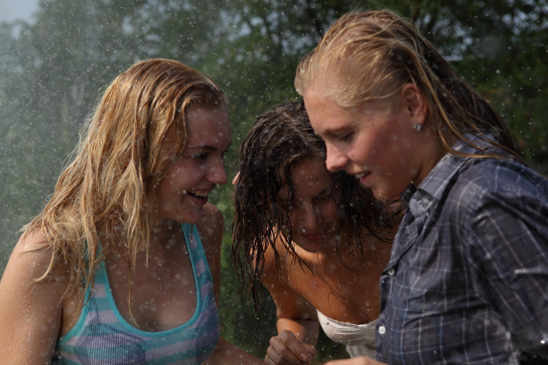 3-femmes-sous-la-pluie
