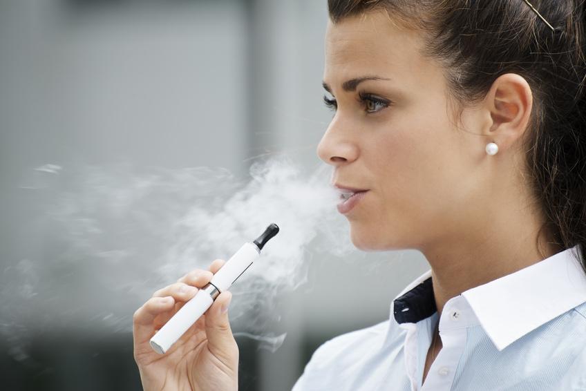femme fume cigarette electronique