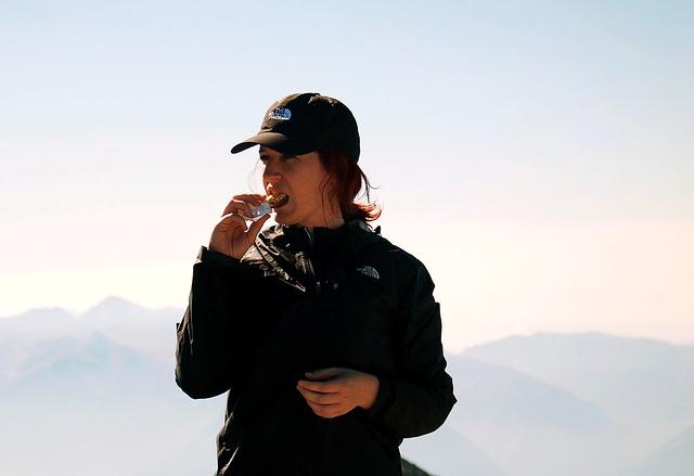 femme-mange-montagne