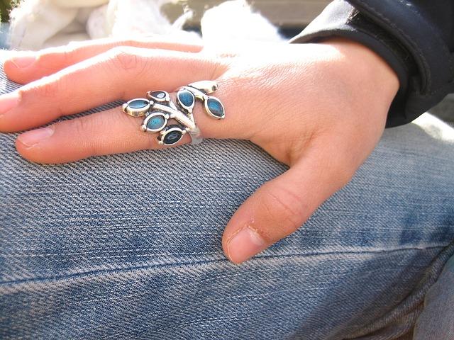 mains-bijoux-bague
