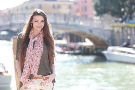 Jolie jeune femme en vacances à Venise